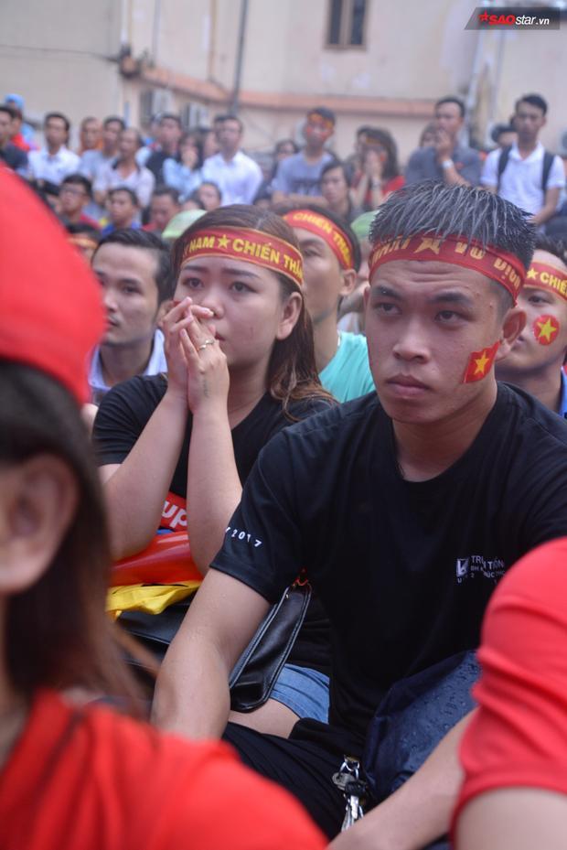 Bên cạnh đó cũng không thể thiếu được những người luôn thầm cầu nguyện Việt Nam sẽ bình tĩnh, tự tin và chiến thắng.
