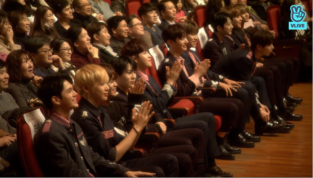 Wanna One cũng có mặt ở hàng ghế bên dưới