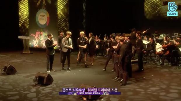 Wanna One tiến lên sân khấu để nhận giải thưởng