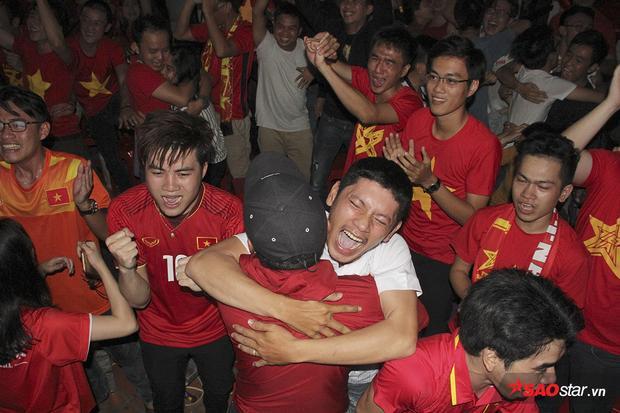 Sau khi bị dẫn trước vì quả 11 mét đầy oan ức, các cầu thủ U23 Việt Nam gỡ hòa ở phút 69 nhờ công của Quang Hải. Tại TP.HCM, hàng trăm fan Việt vỡ òa cảm xúc.