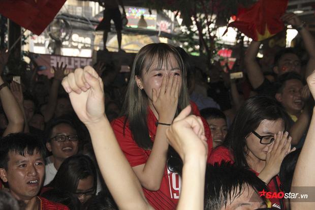 Một fan nữ xinh xắn bật khóc như mưa vì trận cầu quá cảm xúc.