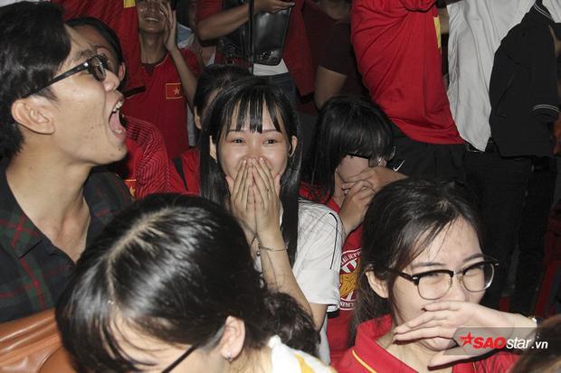 Sự quả cảm của các chiến binh áo đỏ làm thổn thức toàn bộ trái tim người Việt.