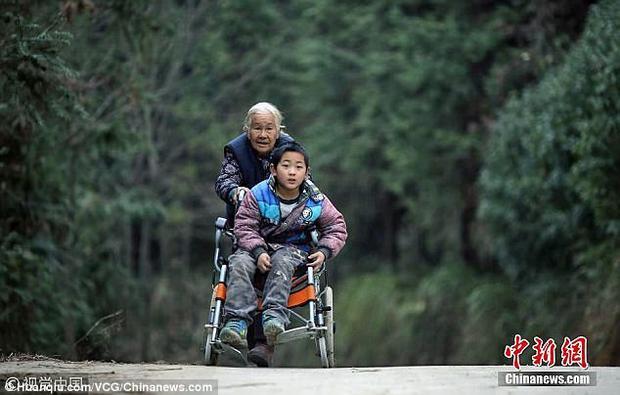 Bà đẩy cháu khuyết tật đến trường 24km mỗi ngày: Câu chuyện khiến bao người rơi lệ