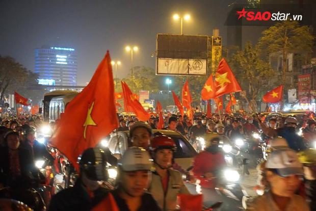 Cờ đỏ sao vàng tung bay khắp mọi ngả đường thành phố.