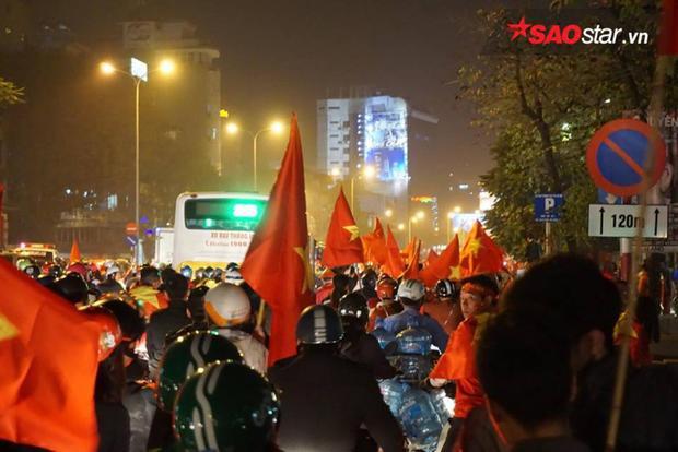 Mọi ngả đường đều chật cứng nhưng hôm nay chẳng ai thấy điều đó là khó chịu. Tất cả đều hòa chung niềm vui chiến thắng của U23 Việt Nam.