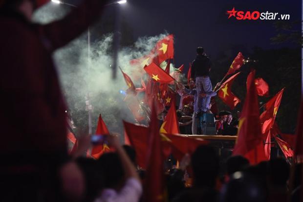 Sắc đỏ nhuộm khắp phố phường Hà Nội, Sài Gòn.