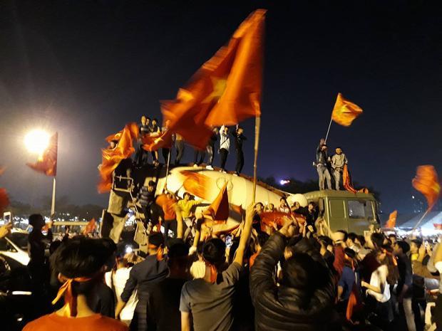 Thậm chí, người hâm mộ còn đi xe tải vào trung tâm thành phố để ăn mừng.