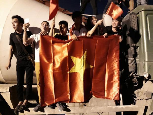 Quốc kỳ Việt Nam tung bay khắp đường phố thủ đô.