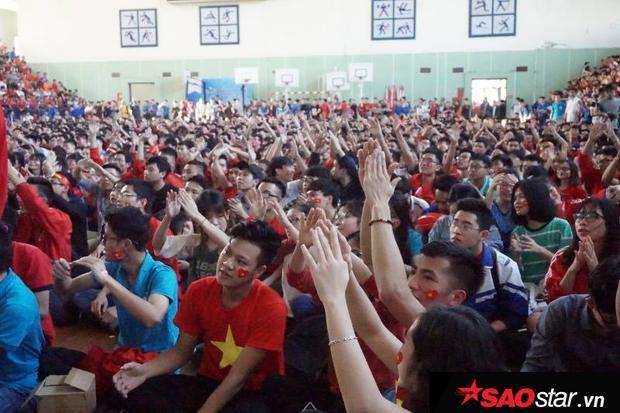 Hàng trăm sinh viên Bách Khoa (Hà Nội) tập trung tại hội trường.