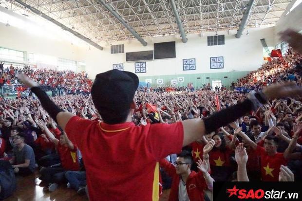 Những biểu cảm tự hào xen lẫn hạnh phúc khi theo dõi những phút giây các chàng trai U23 Việt Nam trên sân.