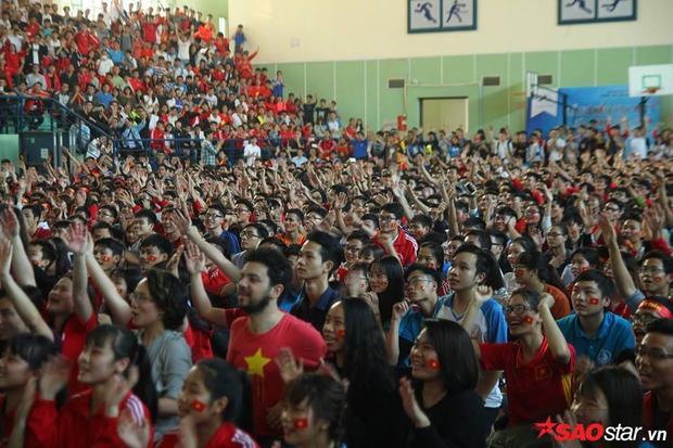 Niềm đam mê bóng đá mãnh liệt của các bạn sinh viên Bách Khoa.