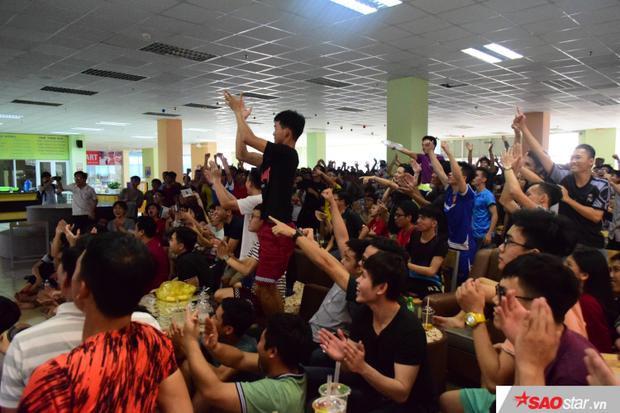 Tiếng vỗ tay, reo hò không ngớt của các bạn sinh viên tại KTX ĐHQG TP.HCM.