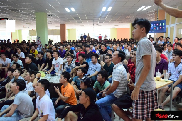 Tại KTX ĐHQG TP.HCM, hàng trăm các bạn sinh viên cũng tập trung rất sớm để xem trận đấu đầy cảm xúc này.