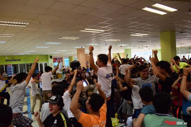 Hình ảnh của các bạn sinh viên tại KTX ĐHQG khi u23 Việt Nam ghi bàn.