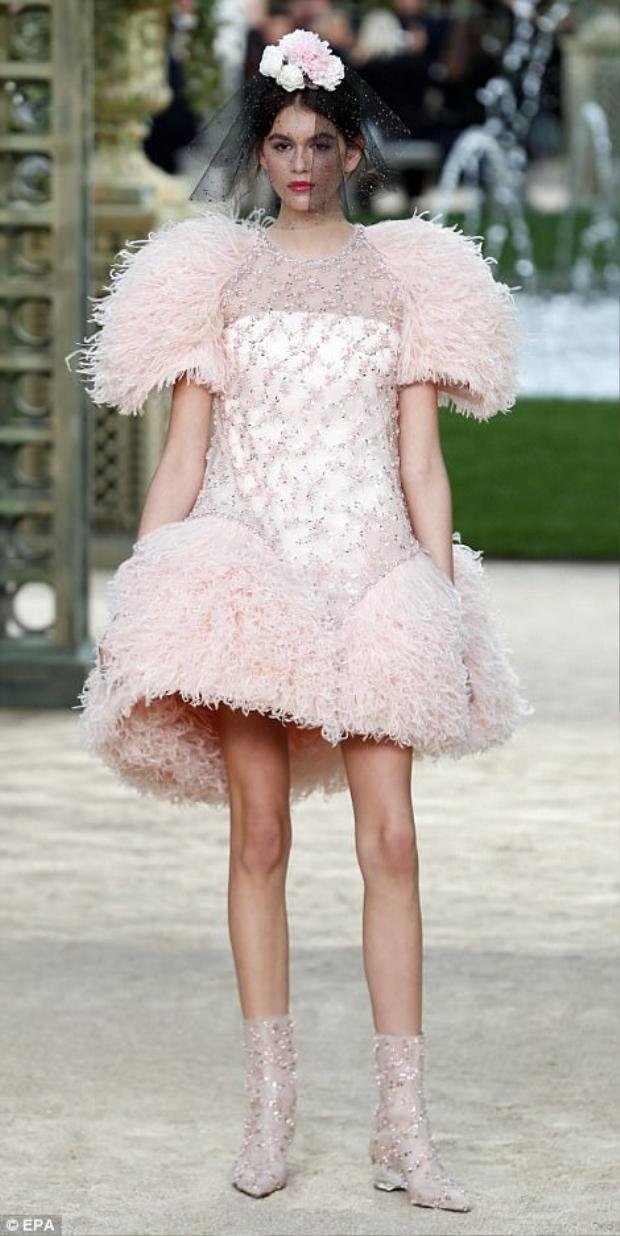 Diện chiếc váy chuông xòe, được đính kết tỉ mỉ, siêu mẫu sinh năm 2001 đem đến cái nhìn thanh tao, vô cùng đẳng cấp.