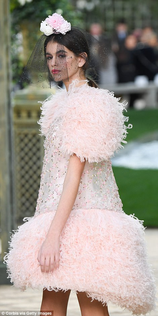"""Trong show diễn Chanel Haute Couture xuân, hè 2018, thuộc khuôn khổ tuần lễ thời trang cao cấp thế giới, Kaia Gerber đã khiến giới mộ điệu """"say lòng"""" với những bước chân chắc nhịp, cùng thần thái kiêu sa."""