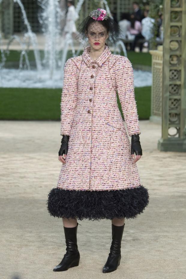 """Một thiết kế váy chuông cùng phần tay áo dạng """"tổ kén"""" (cocoon) khá độc đáo."""
