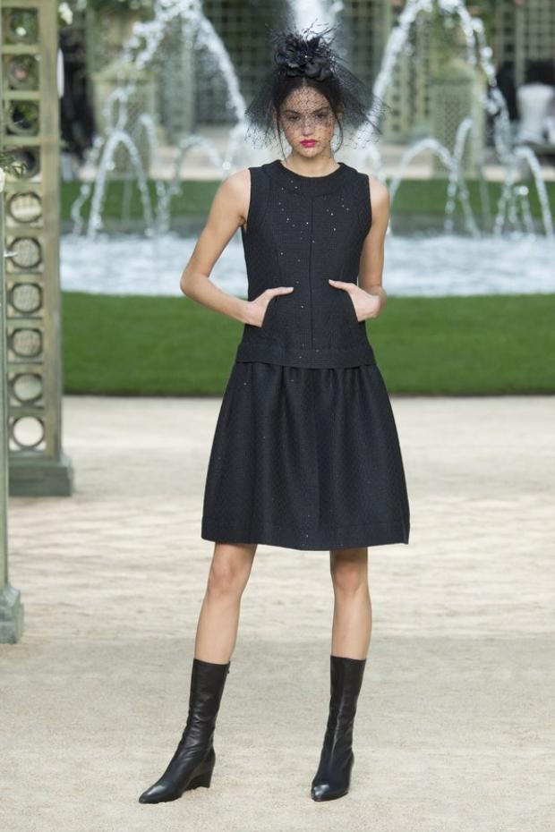 Bên cạnh đó, không thể không nhắc đến những chiếc đầm đen (little black dress) mang tính di sản của Coco Chanel.