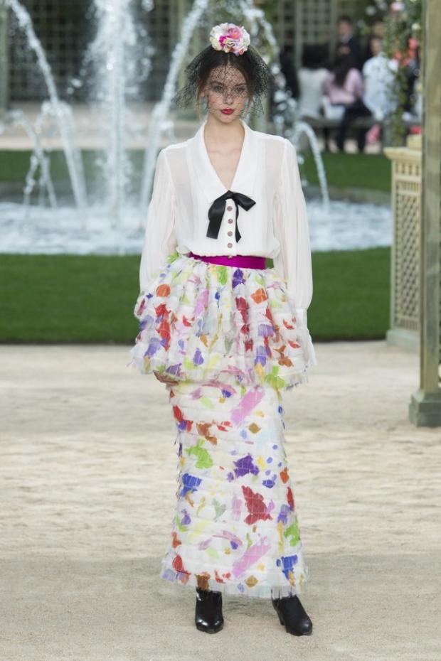 Ngoài các tông màu cơ bản, Chanel cũng sử dụng bảng màu rực rỡ hợp với mùa xuân, hè.