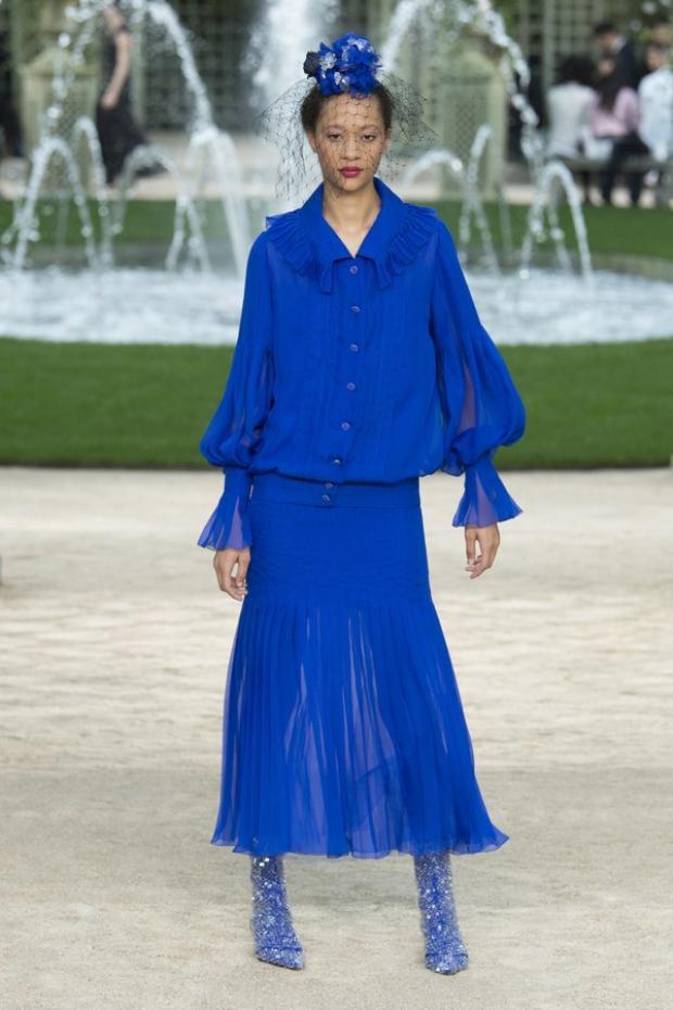 Bên cạnh đó, xu hướng vải dập pli đang nhen nhóm trong làng mốt cũng được thương hiệu Chanel sử dụng trong BST lần này.