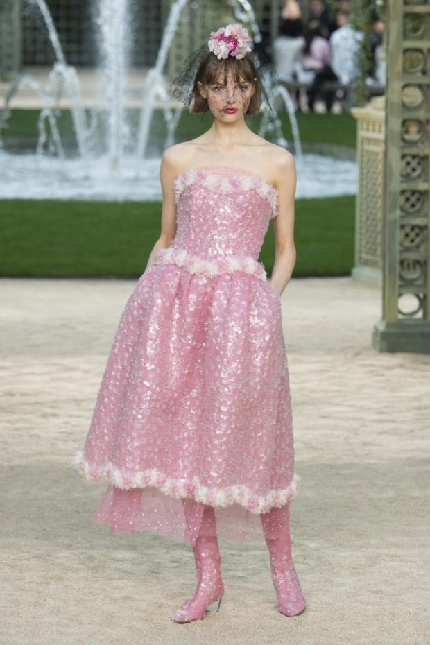 """Một chiếc váy sequin được đính kết thủ công tỉ mỉ, phối với đôi boots cao cổ cùng tông đang cực """"hot""""."""