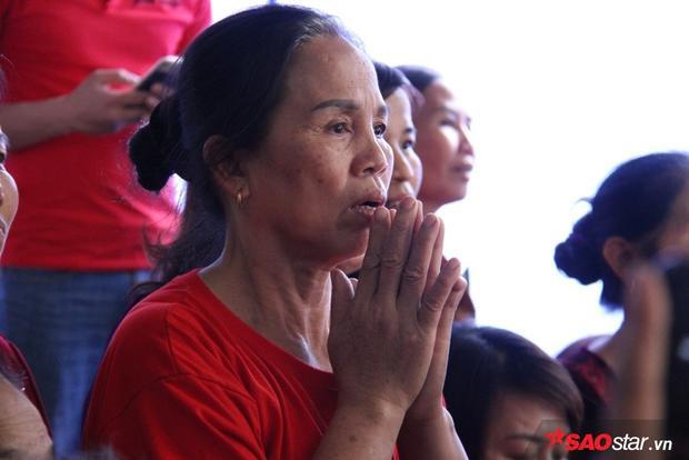 Mẹ cầu thủ Tiến Dũng cầu nguyện cho đội Việt Nam chiến thắng