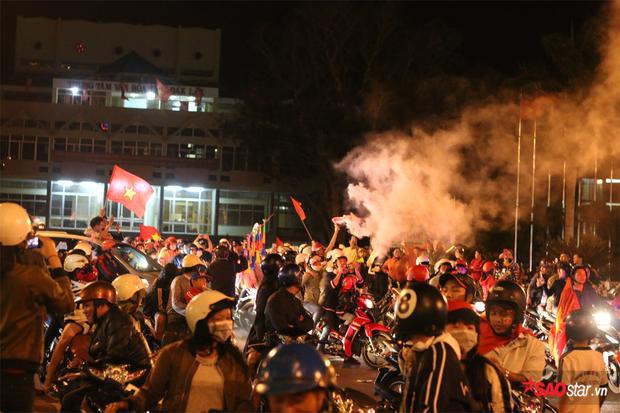 CĐV, người hâm mộ đốt pháo sáng ngay tại Trung tâm Thành phố.
