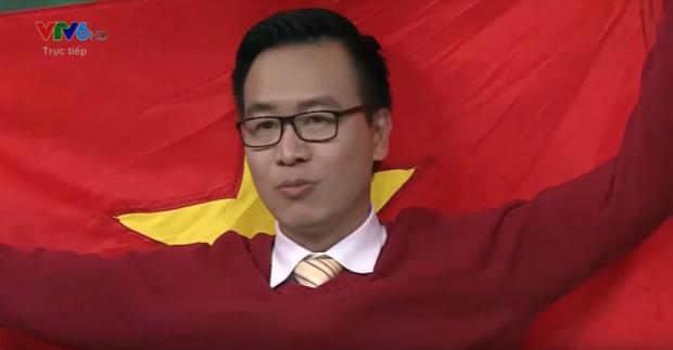 BLV Tạ Biên Cương tự hào cầm lá Quốc kì.