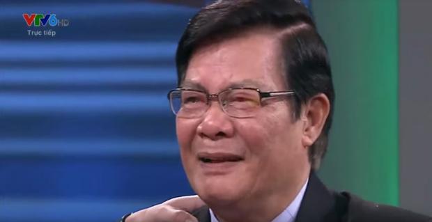 Chuyên gia bóng đá Nguyễn Sỹ Hiển gần như không thể cất lời bởi quá xúc động.