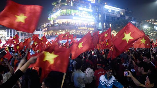 Hàng triệu fan hâm mộ trên cả nước đổ xô ra đường ăn mừng chiến thắng sau trận U23 Việt Nam- U23 Qatar.