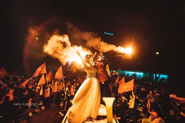 U23 Việt Nam thắng, cô dâu chú rể ào ra đường chụp hẳn ảnh cưới luôn!