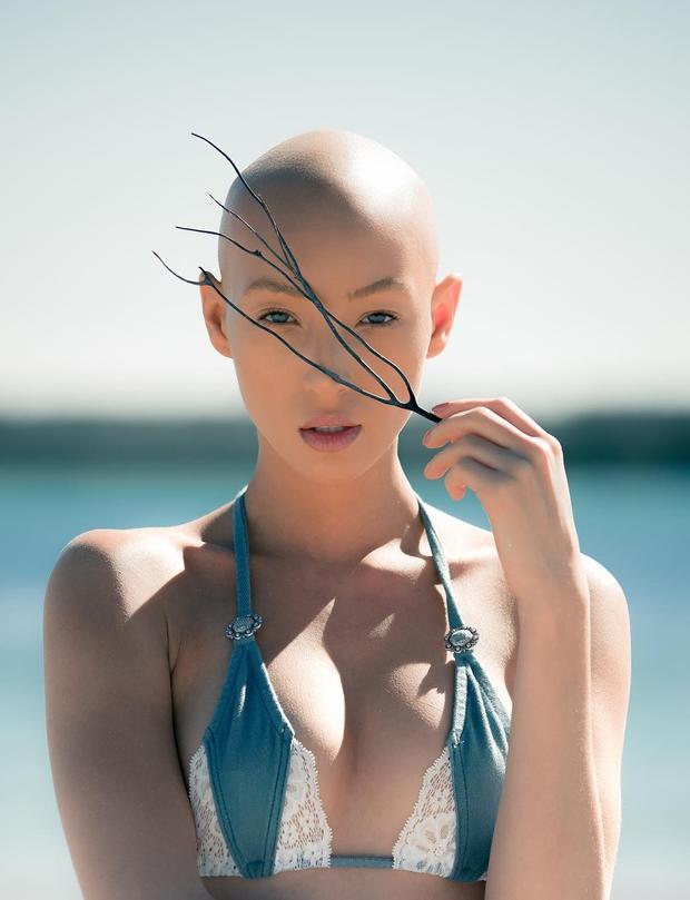 Tập 3 Next Top Model Mỹ: Thí sinh nấm lùn bật khóc nức nở khi phải tháo tóc giả, khoe đầu trọc