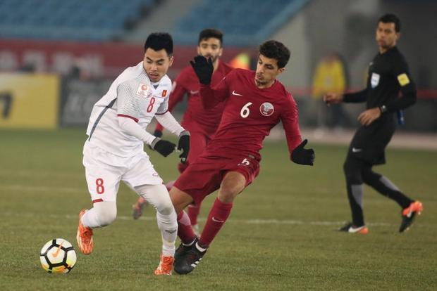 Đức Huy đá ở vị trí trung tâm hàng tiền vệ bên cạnh đội trưởng Lương Xuân Trường.