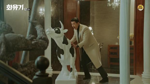Woo Hwi Chul phát rồ khi thấy tượng trâu của mình bị sơn thành… bò sữa bởi Oh Gong và Jin Boo Ja vì Oh Gong trả thù vụ anh tiết lộ chuyện nước chấm