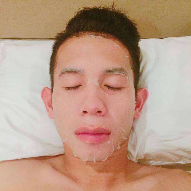 Hồng Duy thường chia sẻ hình ảnh chăm sóc da mặt trên trang cá nhân.
