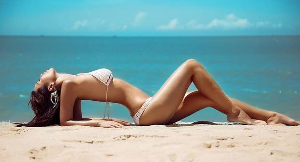 Từng tham dự nhiều cuộc thi sắc đẹp trong và ngoài nước, cô được đánh giá cao về ngoại hình lẫn ứng xử.