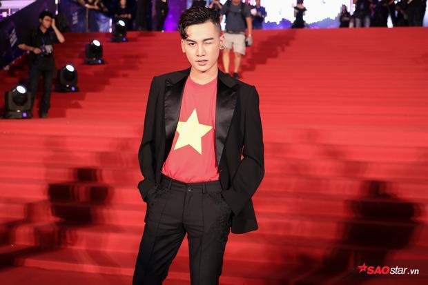 Thời gian vừa qua, quán quân Giọng hát Việt 2017 đã đạt được một số thành công nhất định, điển hình là ca khúc Theo anhđược nhiều bạn trẻ yêu thích.