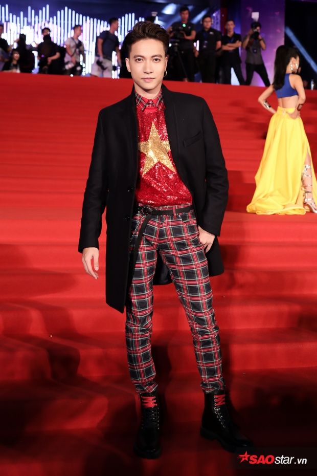 """S.T cũng xuất hiện đầy ấn tượng với chiếc áo """"cờ đỏ - sao vàng"""" bắt mắt, kết hợp ton-sur-ton cùng quần kẻ sọc caro đỏ."""