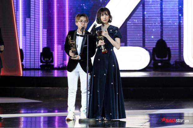 Trên bục nhận giải cùng Kai Đinh - tác giả bài hát, Min không giấu nổi sự xúc động.