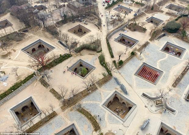 Nguồn gốc làng có thể bắt nguồn từ thời kỳ đồ đồng, khi người ta xây nhà trong hố sâu và ngày càng trở nên phổ biến rộng rãi trong các triều đại nhà Minh và Thanh.