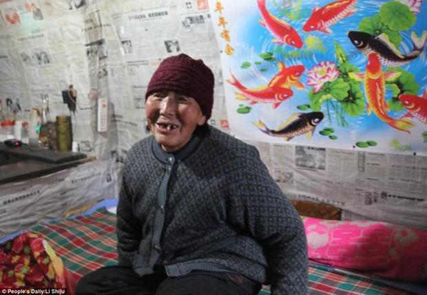 """Bà Yang Guorang, người đã sống trong ngôi làng nhiều năm, cho biết bà thực sự thấy thoải mái khi sống ở kiểu nhà đặc biệt này: """"Khu nhà hay lắm, trời đông thì ấm trời hè thì mát. Điều đó khiến tôi cảm thấy thực sự thoải mái""""."""
