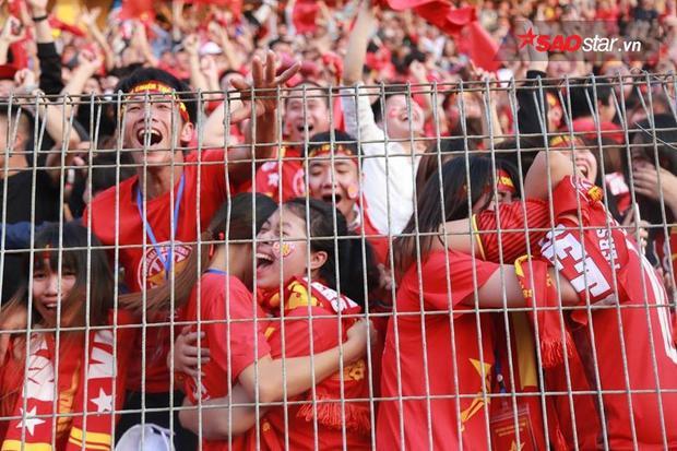 Lâu lắm rồi, người hâm mộ mới được vỡ òa cảm xúc đến như thế. Niềm vui ấy, sự tự hào lớn lao ấy… chỉ có thể là do bóng đá nam đem lại.