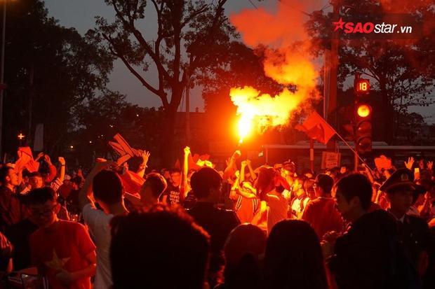 Không có pháo hoa, chúng ta đốt đuốc để ăn mừng.