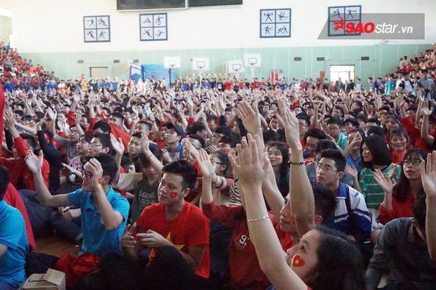 Hàng nghìn cánh tay cùng giơ lên cổ vũ cho đội nhà.