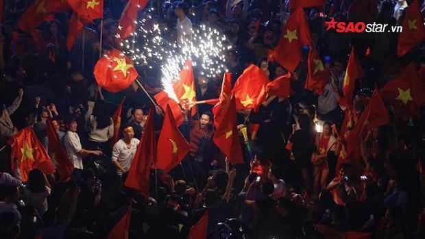 Pháo sáng rực rỡ ở Sài Gòn.