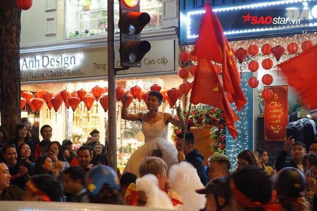 Các chàng trai nổi loạn trong bộ váy cô dâu, mừng chiến thắng ở phố đi bộ hồ Gươm.