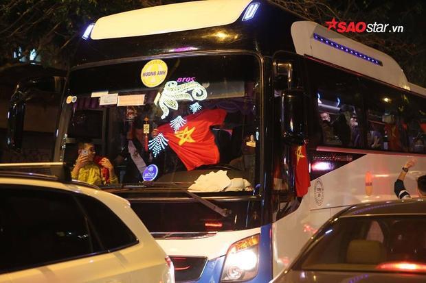 Đi xe buýt không có cờ đỏ thì lấy luôn áo phông để ăn mừng.