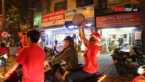Xoong chảo xuống phố theo chân người dân đi ăn mừng chiến thắng.
