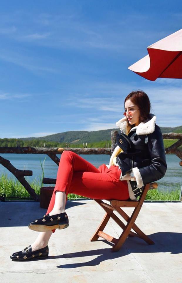 Một chiếc áo khoác da lót lông màu đen vừa giúp Duyên giữ ấm lại giúp cô nàng khẳng định thêm phong cách cool ngầu mình đang theo đuổi dạo gần đây.