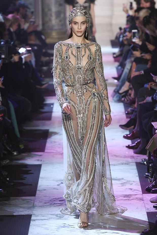 Một chiếc váy xuyên thấu tuy rất quyến rũ nhưng mang lại cảm giác đã từng nhìn thấy ở đâu đó.